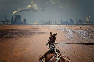 Pferdefuhrwerk vor einer Fabrik