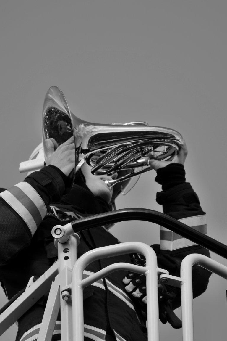 Feuerwehrmann bläst Horn