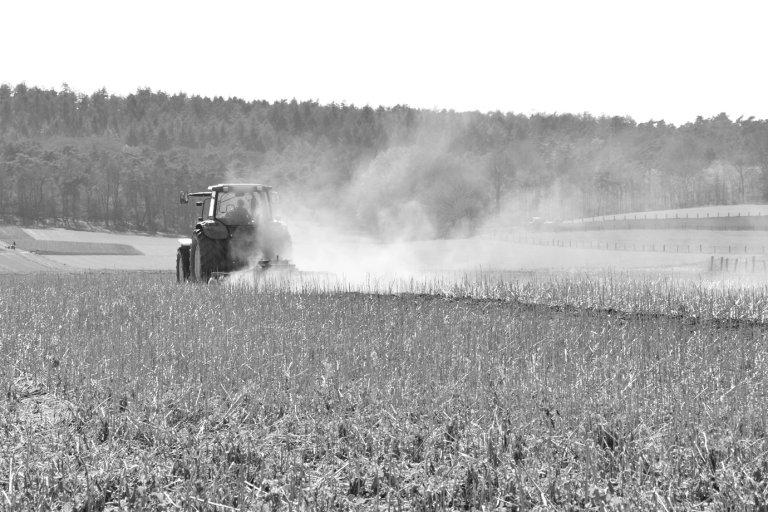 Bauer pflügt ein Feld