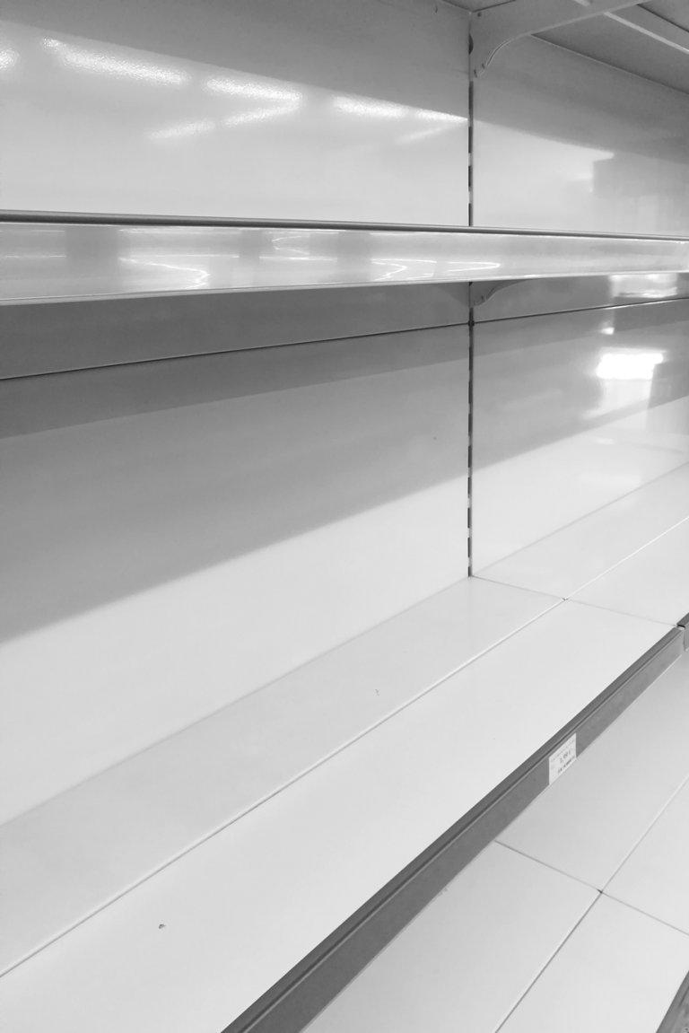 Leergekauftes Supermarktregal