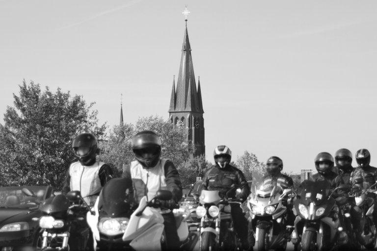 Motorräder vor einer Kirche